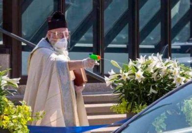 Un sacerdote usa una pistola de agua para bendecir de forma segura y se vuelve viral